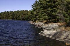 Felsiges Ufer von See in Muskoka, Ontario Stockfotografie