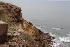 Felsspitze nahe bei Meer lizenzfreie stockfotografie