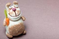 Felted królik z marchewką Obraz Royalty Free