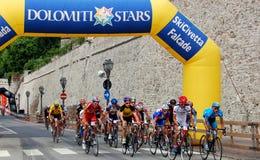 Feltre, Italia:  Ciclisti che corrono nella città medievale Immagine Stock