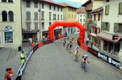 Feltre, Italia:  Ciclisti che corrono nella città medievale Fotografia Stock