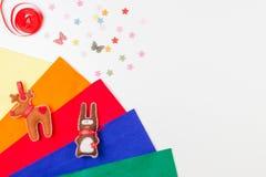 Feltro colorido, costurando acessórios e brinquedos feitos a mão no fundo branco fotografia de stock royalty free