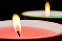 Feltro de lubrificação de queimadura da vela com close-up cor-de-rosa da cera no fundo preto Tiro macro fotografia de stock royalty free