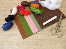 Feltro, fio e fiberfill para crafting Foto de Stock