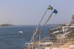 Felucca在尼罗的河船,和撒哈拉大沙漠后边在Aswa 免版税库存图片