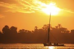 Felucca łódkowaty żeglowanie na Nil rzece przy zmierzchem, Luxor Fotografia Royalty Free