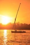 Felucca łódkowaty żeglowanie na Nil rzece przy zmierzchem, Luxor Zdjęcie Stock
