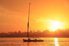 Felucca łódkowaty żeglowanie na Nil rzece przy zmierzchem, Luxor Zdjęcia Royalty Free