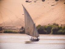 Felucca żeglowanie na rzeczny Nil w Egipt Fotografia Royalty Free