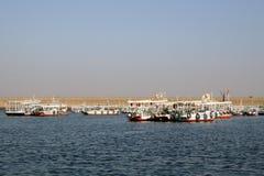 Felucca framme av den Aswan fördämningen [Aswan, Egypten, arabiska stater, Afrika]. Arkivbild