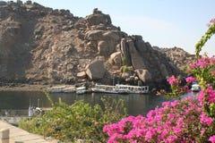 Felucca på vattnet - sikt från den Philae templet [den Agilkai ön, nära Aswan, Egypten, arabiska stater, Afrika] Arkivbild