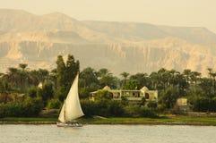Felucca Segeln hinunter den Nil. Lizenzfreie Stockfotografie