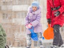 Fem-år flicka överst av en iskall kulle som förbereder sig att flytta sig ut ner Royaltyfri Fotografi