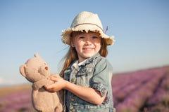 Fem år gammal flicka på lavendelfältet Royaltyfria Foton