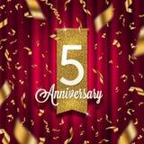 Fem år guld- skylt för årsdag i strålkastare på röd gardinbakgrund och guld- konfettier vektor illustrationer