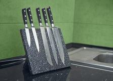 Fem av uppsättningen för kniv för damascus stål arkivfoto