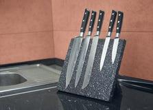 Fem av uppsättningen för kniv för damascus stål arkivbilder