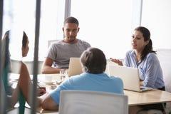 Fem Businesspeople som har möte i styrelse arkivbild
