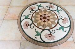 Fem cirkelblommor på ett marmorgolv med den runda ramen Arkivfoton