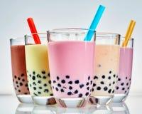 Fem exponeringsglas av sunt mjölkaktigt boba- eller bubblate royaltyfri fotografi