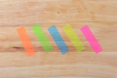 Fem färgade pinnar för anmärkningar Arkivfoto