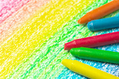 Fem färgpennor och teckning av regnbågen. arkivbilder