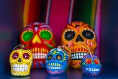 Fem färgrika skallar från mexicansk tradition royaltyfri fotografi