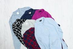 Fem färgrika skjortor, sortiment för begreppsframsida för skönhet blå ljus kvinna för makeup för mode Fotografering för Bildbyråer