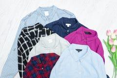 Fem färgrika skjortor, sortiment för begreppsframsida för skönhet blå ljus kvinna för makeup för mode Royaltyfria Foton