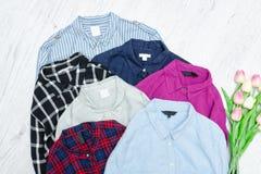 Fem färgrika skjortor, sortiment för begreppsframsida för skönhet blå ljus kvinna för makeup för mode Royaltyfri Bild