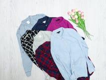 Fem färgrika skjortor, sortiment för begreppsframsida för skönhet blå ljus kvinna för makeup för mode Arkivbild