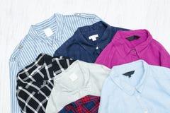 Fem färgrika skjortor, sortiment för begreppsframsida för skönhet blå ljus kvinna för makeup för mode Arkivbilder