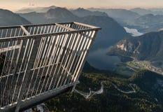 Fem fingrar som beskådar plattformen i Hoher Dachstein fjällängar Fotografering för Bildbyråer