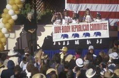 Fem flickor som föreställer Iddy-Biddyen den republikanska kommittén, vinkar på åhörarna på en samla för presidentkandidaten Bob  Arkivbild