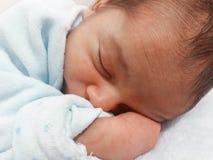 Fem gamla dagar behandla som ett barn att sova för pojke Arkivfoton