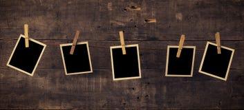 Fem gamla fotoramar på trä royaltyfri foto