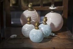 Fem glass lampor på en trätabell Royaltyfria Foton