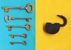 Fem guld- tangenter i olik riktning på blå filt och öppet PA Fotografering för Bildbyråer