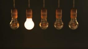 Fem hängande glödande ljusa kulor för tappning arkivfoto