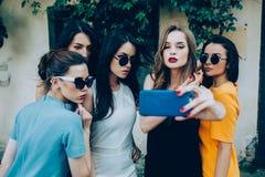 Fem härliga unga flickor arkivbild