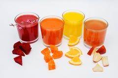 Fem högväxta exponeringsglas med fruktsaft av moroten, gurkan, tomaten, rödbeta och pumpa, grönsaker som isoleras på vit bakgrund arkivfoton