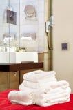 fem hotellstjärnahanddukar Royaltyfri Fotografi
