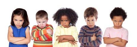 Fem ilskna barn royaltyfri bild