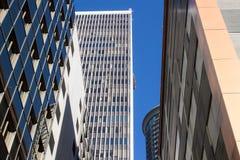 Fem kontorstorn med blå himmel Arkivfoton