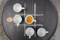 Fem koppar av espresso på tabellen Arkivbilder