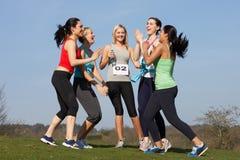 Fem kvinnliga löpare som utbildar för lopp Fotografering för Bildbyråer
