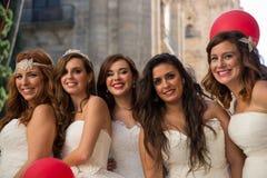 Fem kvinnor som kläs som brudar Royaltyfria Bilder