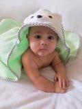 Fem-månad-gammalt behandla som ett barn pojken i en badlakan Royaltyfri Bild