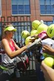 Fem Maria Sharapova för mästare för storslagen Slam för tider undertecknande autografer efter övning för US Open 2014 Arkivfoto