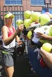Fem Maria Sharapova för mästare för storslagen Slam för tider undertecknande autografer efter övning för US Open 2014 Fotografering för Bildbyråer